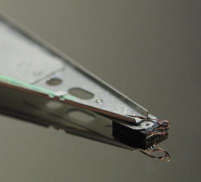 Bu, Sağlıklı bir Sabit Disk Tabağı üzerinde yüzen Okuma-Yazma Kafasının yakın bir resmidür.