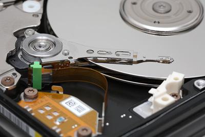 Sağlıklı Sabit Disk Sürücünün iç çalışmaları. Sabit Disk Tabakasının mükemmel durumuna bakın.